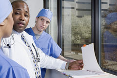 Doctor talking to surgeons Royalty Free Stock Photography