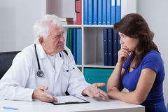Doctor talking with worried patient Royalty Free Stock Photos