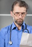 Doctor tells result of inspection Royalty Free Stock Images