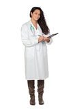 Doctor trigueno atractivo con el sujetapapeles Fotos de archivo libres de regalías