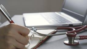 Doctor usando el ordenador, foco en el estetoscopio en primero plano almacen de video