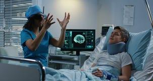 Doctor usando las auriculares de VR durante la discusión de diagnosis metrajes