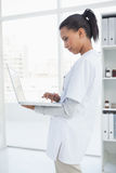 Doctor using her laptop Royalty Free Stock Photo