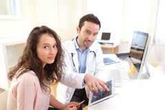 Doctor using tablet to inform patient Royalty Free Stock Photos