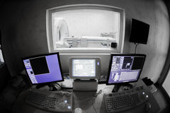 Doctor veterinario con el control informático de MRI Fotos de archivo