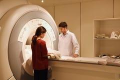 Doctor veterinario que trabaja en sitio del escáner de MRI Imagen de archivo