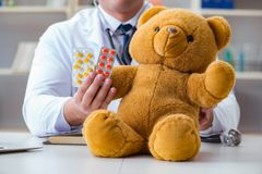 Doctor veterinary pediatrician holding an examination in the off Royalty Free Stock Photos