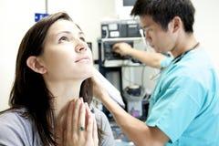 Doctor a Visit en el hospital Imagenes de archivo
