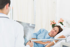 Doctor visiting patient in the hospital Royalty Free Stock Photography