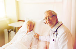 Doctor visiting senior woman at hospital ward Royalty Free Stock Photos