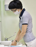Doctor washing hands Royalty Free Stock Photography
