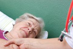 Doctor welcomes patient lying in bed Royalty Free Stock Photos