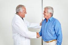 Doctor y apretón de manos de donante paciente mayor Imagen de archivo libre de regalías