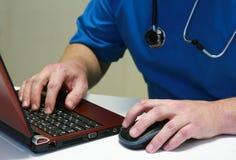 Doctor y computadora portátil Imágenes de archivo libres de regalías