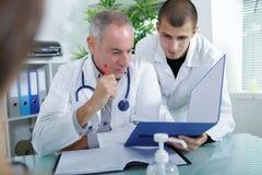 Doctor y doctor del estudiante que explica algo foto de archivo libre de regalías