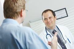 Doctor y el hablar paciente Fotos de archivo