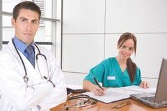 Doctor y enfermera cómodos Fotografía de archivo libre de regalías
