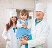 Doctor y enfermera con el niño Imagen de archivo