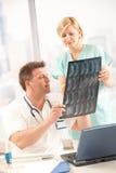 Doctor y enfermera con imagen de la radiografía fotos de archivo libres de regalías