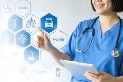 Doctor y enfermera de la medicina que trabajan con los iconos médicos imagenes de archivo