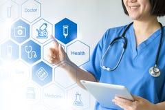 Doctor y enfermera de la medicina que trabajan con los iconos médicos fotografía de archivo libre de regalías