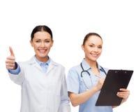 Doctor y enfermera de sexo femenino sonrientes Imagen de archivo