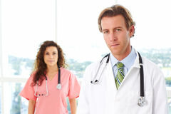 Doctor y enfermera de sexo masculino en hospital fotografía de archivo libre de regalías