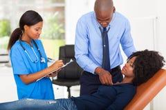 Paciente de examen del doctor Fotos de archivo libres de regalías