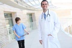 Doctor y enfermera en el hospital Imágenes de archivo libres de regalías