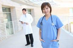 Doctor y enfermera en el hospital Fotografía de archivo