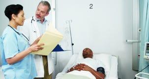 Doctor y enfermera que obran recíprocamente con el paciente almacen de metraje de vídeo