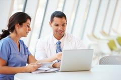 Doctor y enfermera que tienen reunión informal en cantina del hospital Imágenes de archivo libres de regalías