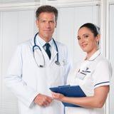 Doctor y enfermera sonrientes Fotos de archivo libres de regalías