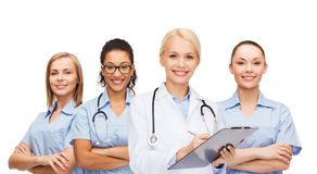 Doctor y enfermeras de sexo femenino sonrientes con el estetoscopio fotos de archivo libres de regalías