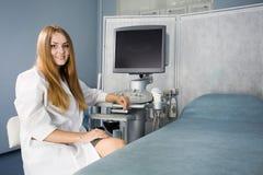 Doctor y equipo del ultrasonido Imagenes de archivo
