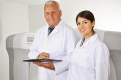 Doctor y médico de sexo femenino en hospital Imagen de archivo