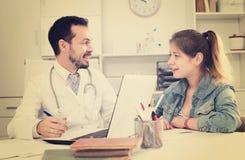 Doctor y muchacha con la garganta dolorida Imagen de archivo libre de regalías