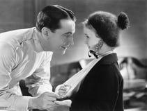 Doctor y niña con el brazo en honda Foto de archivo