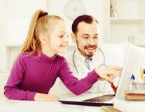 Doctor y niña masculinos Imagen de archivo libre de regalías