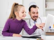 Doctor y niña masculinos Fotos de archivo