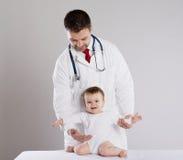 Doctor y niño Fotos de archivo libres de regalías