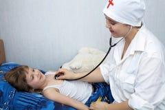 Doctor y niño Foto de archivo libre de regalías