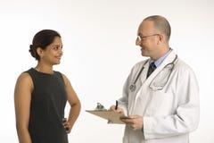 Doctor y paciente. Imágenes de archivo libres de regalías
