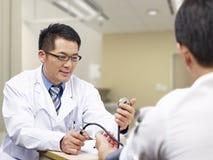 Doctor y paciente asiáticos Imágenes de archivo libres de regalías