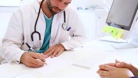 Doctor y paciente en hospital almacen de metraje de vídeo