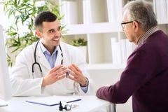 Doctor y paciente experimentados Imágenes de archivo libres de regalías