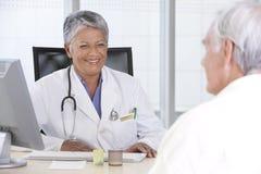 Doctor y paciente femeninos Imágenes de archivo libres de regalías