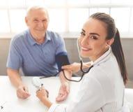 Doctor y paciente hermosos Foto de archivo libre de regalías