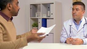 Doctor y paciente masculino descontentado en la clínica almacen de metraje de vídeo