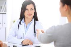 Doctor y paciente que sacuden las manos el uno al otro Atención sanitaria, medicina y concepto el confiar en foto de archivo
